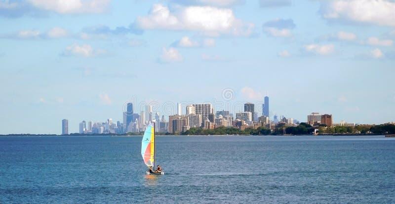 Segling på Lake Michigan, Chicago horisont på bakgrunden arkivfoton