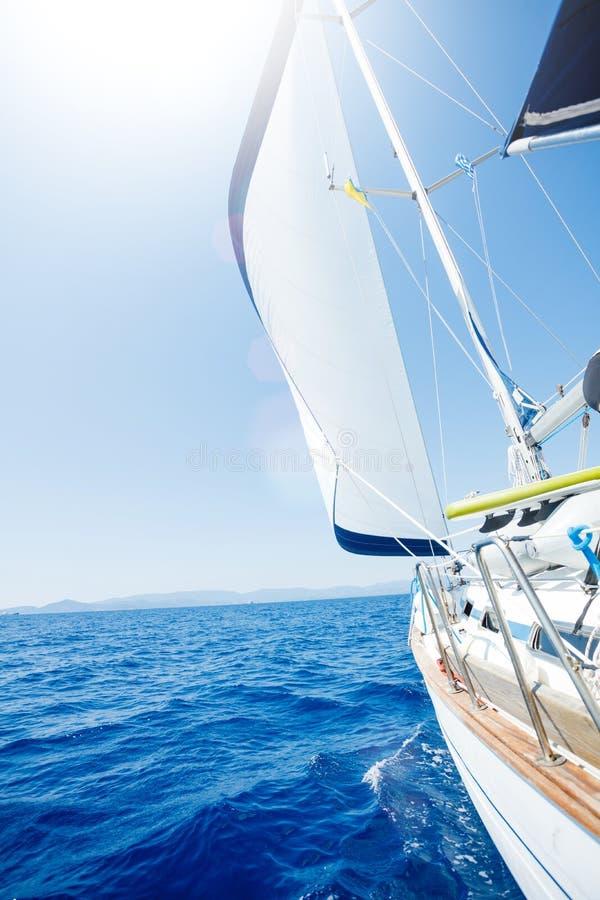 segling Skeppyachter med vit seglar i det ?ppna havet royaltyfri bild
