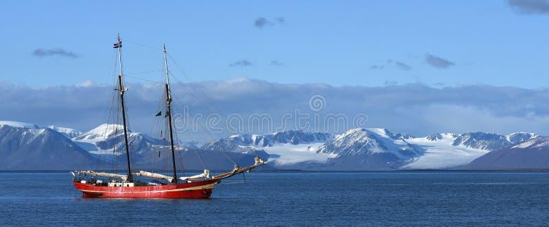 segling svalbard arkivbild