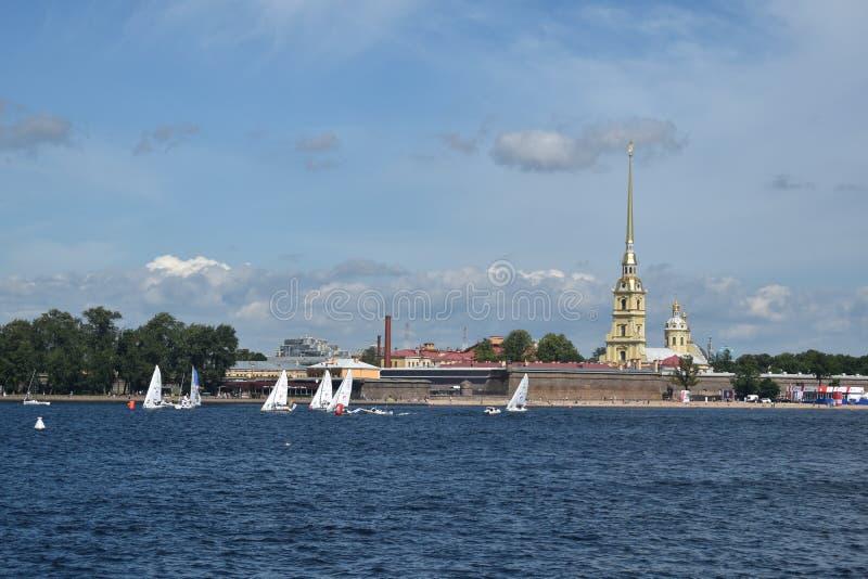 Seglingregatta på Nevaen royaltyfri fotografi
