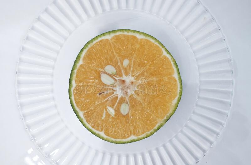 Segment av färska och organiska citronfrukter på vit bakgrund royaltyfri bild