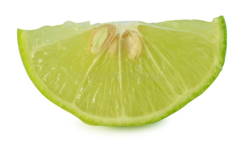 Segment de fruit de chaux d'agrume d'isolement sur le coupe-circuit blanc de fond photographie stock