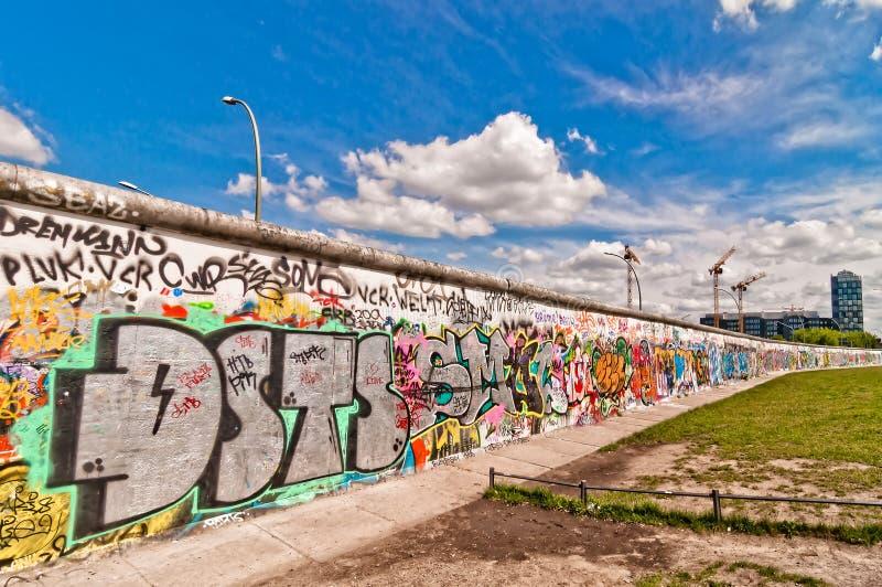 Segmento memorabile di Berlin Wall con i graffiti fotografie stock libere da diritti