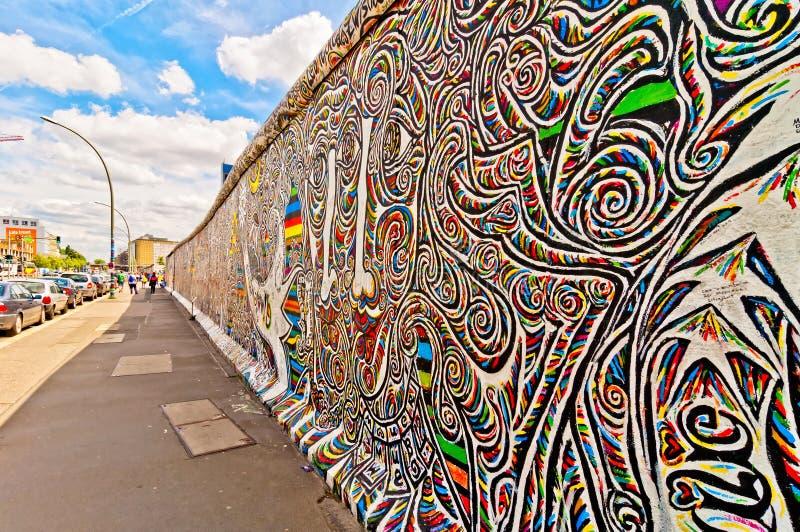 Segmento memorabile di Berlin Wall con i graffiti immagini stock libere da diritti