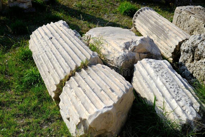 Segmentos acanelados da coluna de mármore do grego clássico, acrópole, Grécia fotos de stock