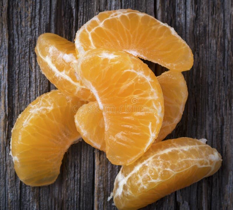 Segmentos de la mandarina en cierre fotos de archivo libres de regalías