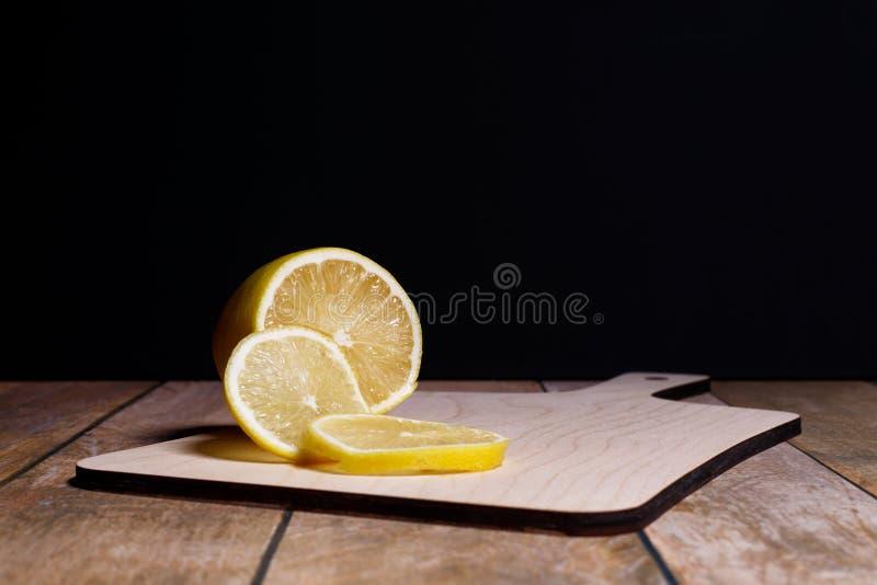 Segments d'un citron juteux photographie stock