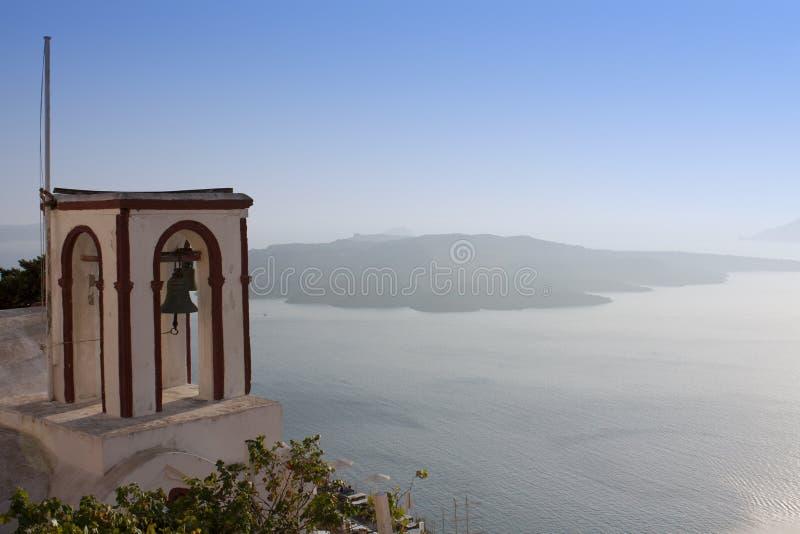 Segnalatori acustici di chiesa su Santorini fotografia stock libera da diritti