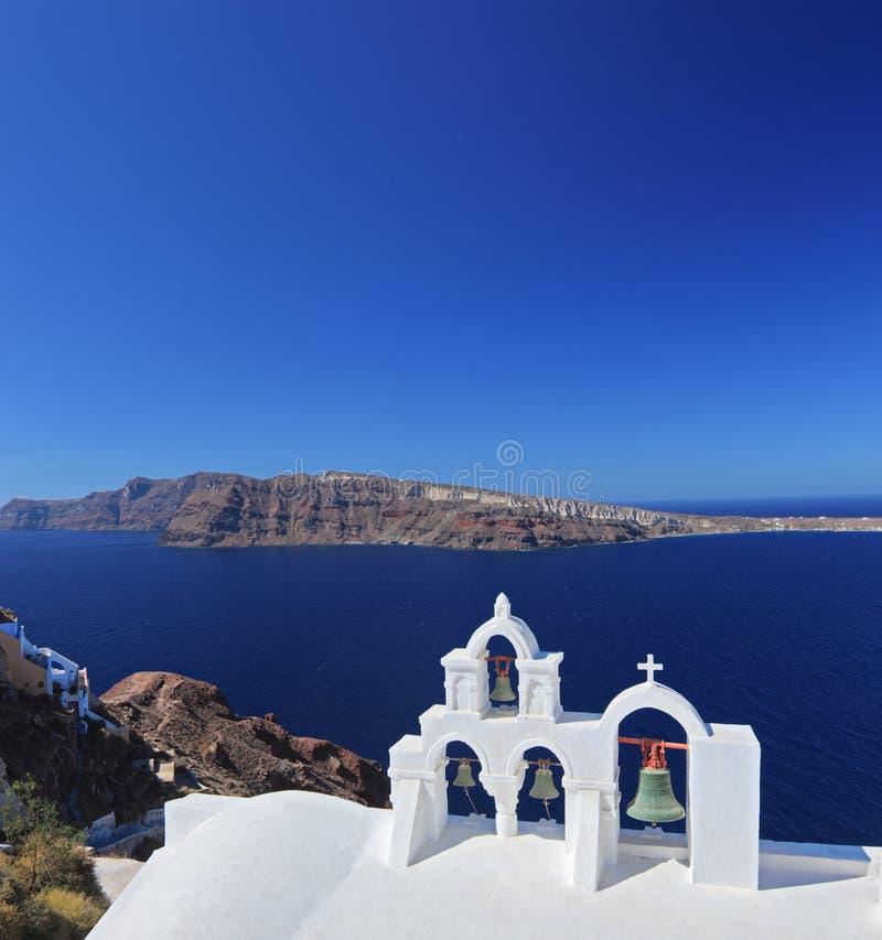 Segnalatori acustici di chiesa sull'isola di Santorini, Grecia immagini stock libere da diritti