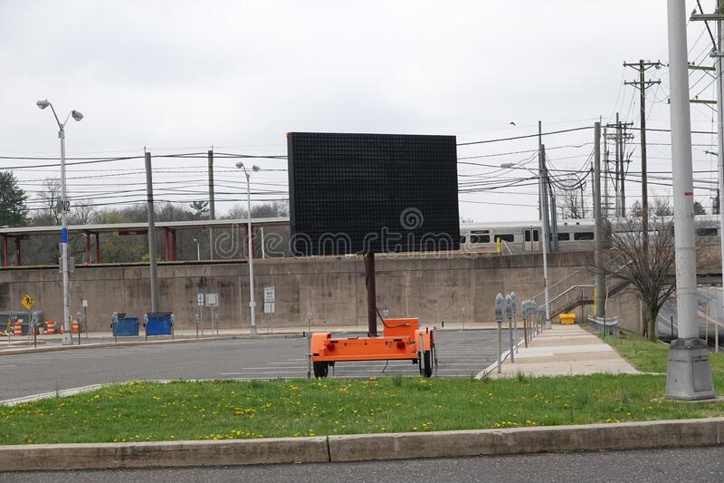 Segnalazione elettronica digitale mobile vuota nel parcheggio vuoto di una stazione ferroviaria immagine stock