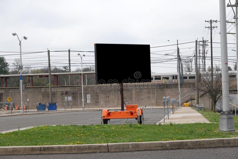 Segnalazione elettronica digitale mobile vuota nel parcheggio vuoto di una stazione ferroviaria immagini stock