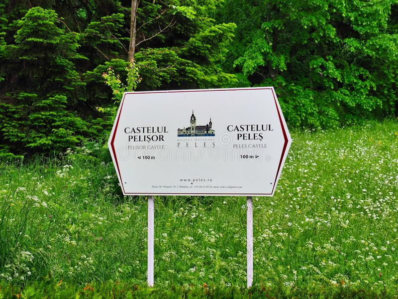 Segnale di direzione del castello di Peles, Sinaia, Romania fotografia stock