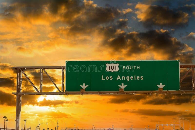 Segnale di direzione di Los Angeles sull'autostrada senza pedaggio 101 diretta a sud al tramonto fotografia stock