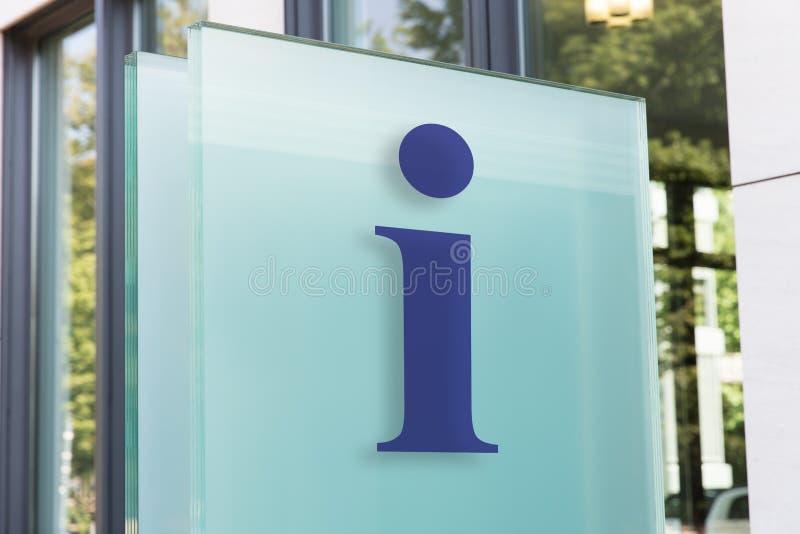Segnale di informazione sulla costruzione esterna del bordo di vetro nella città immagini stock libere da diritti