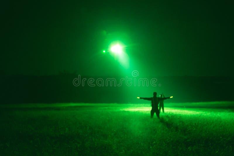 Segnale di Marshaller all'elicottero per atterraggio di notte dalla forza di notte fotografia stock