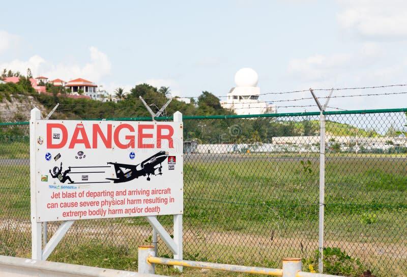 Segnale di pericolo all'aeroporto della principessa Juliana immagini stock