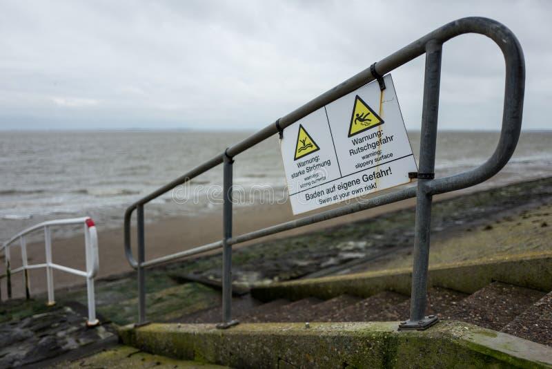 Segnale di pericolo alla costa del nord in Wilhelmshaven immagine stock libera da diritti