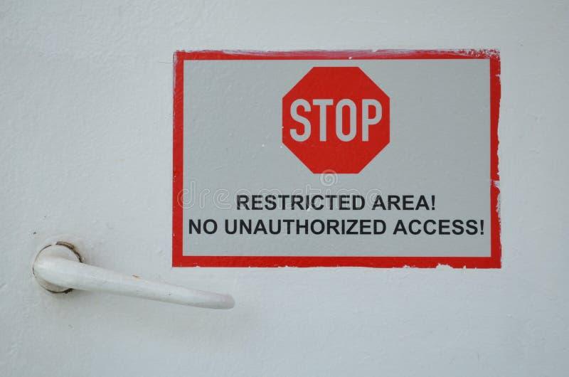 Segnale di pericolo: Arresto! Zona limitata! Nessun accesso! fotografia stock