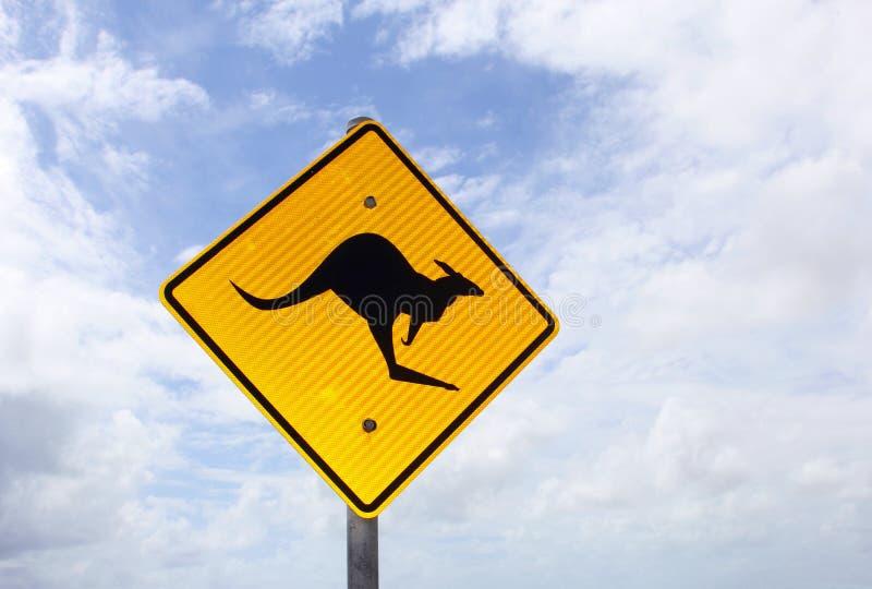 Segnale di pericolo del canguro contro un cielo blu e nuvoloso, Australia immagine stock libera da diritti