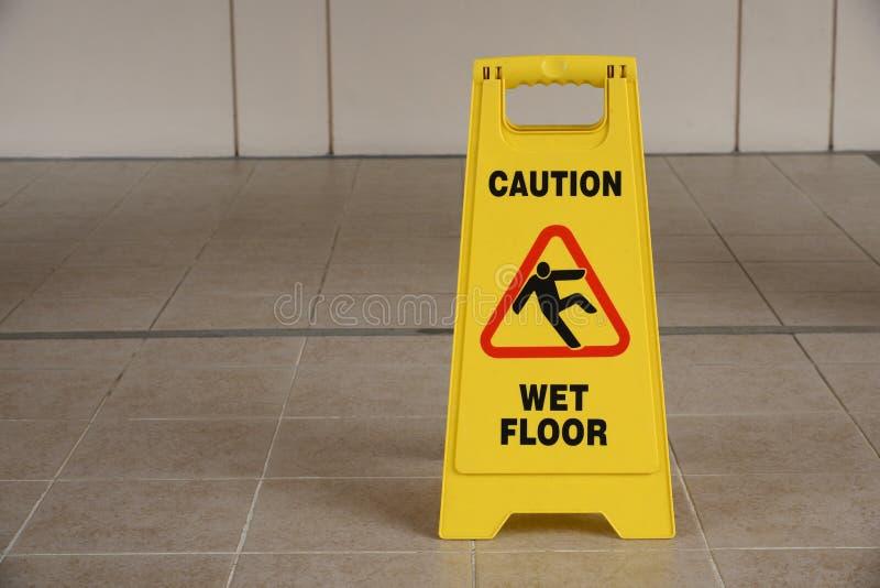 Segnale di pericolo del pavimento bagnato fotografia stock immagine 31387660 - Segnale pavimento bagnato ...