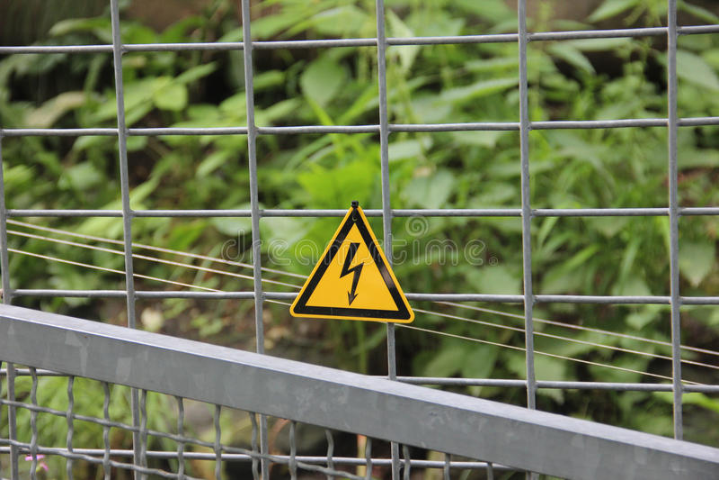 Segnale di pericolo del recinto elettrico fotografia stock