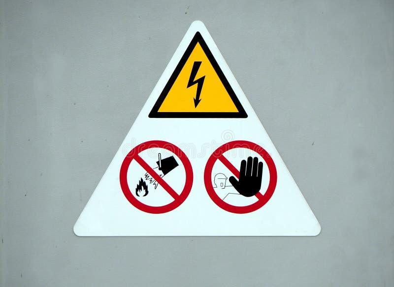 Segnale di pericolo di elettricità del pericolo indossi il tocco del ` t, indossi l'acqua del tiro del ` t immagine stock