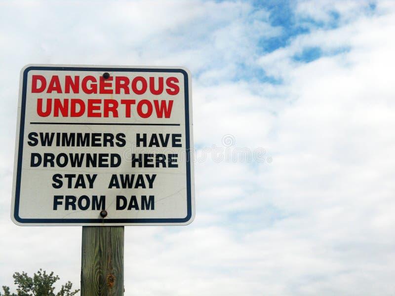 Segnale di pericolo per il fiume della diga dell'acqua fotografia stock
