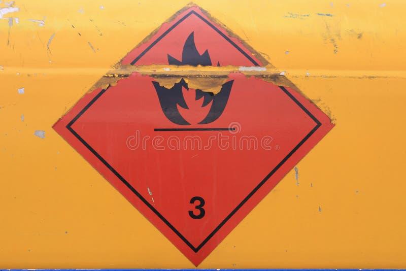 Segnale di pericolo sul veicolo con il carro armato per liquido infiammabile immagini stock libere da diritti