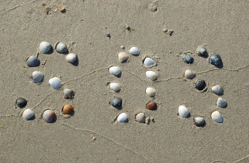 Segnale di SOS sulla sabbia fatta dalle coperture