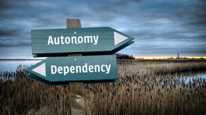 Segnale stradale ad autonomia contro la dipendenza immagine stock