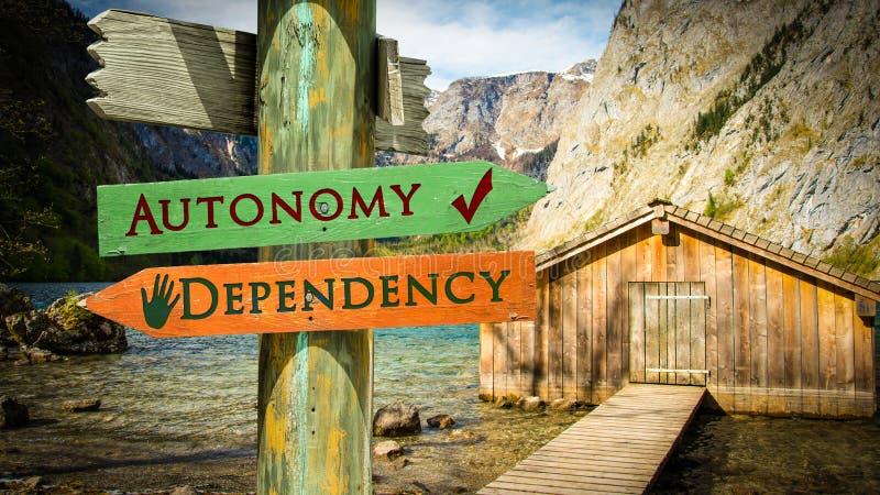 Segnale stradale ad autonomia contro la dipendenza royalty illustrazione gratis