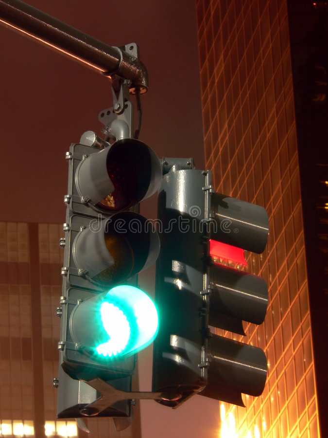 Download Segnale Stradale Alla Notte -- Arresti E Vada Immagine Stock - Immagine di verde, automobile: 206653
