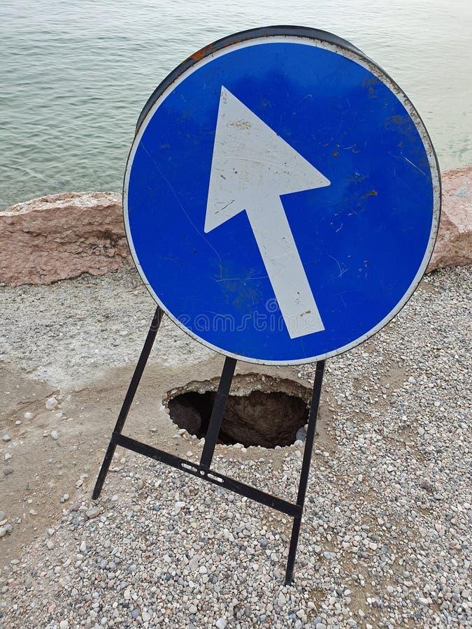 Segnale stradale alla riva della polizia del lago fotografia stock libera da diritti