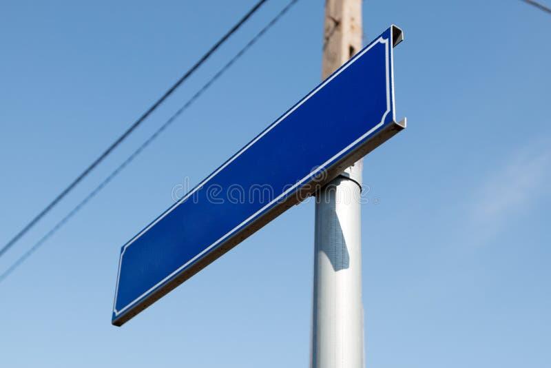 Segnale stradale in bianco - blu fotografie stock