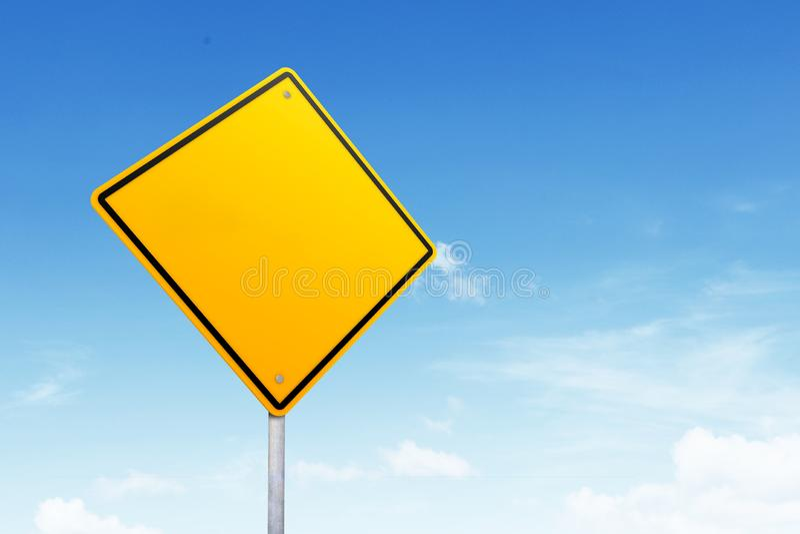 Segnale stradale in bianco con lo spazio della copia sopra cielo blu immagini stock libere da diritti