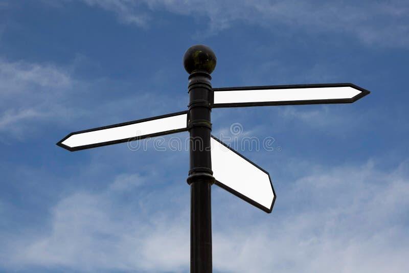 Segnale stradale in bianco con lo spazio della copia sul fondo del cielo blu immagine stock libera da diritti