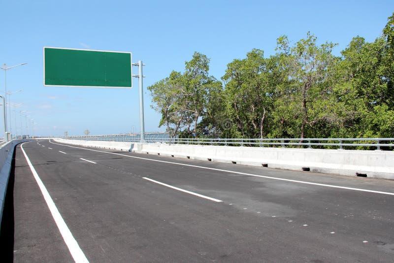 Segnale stradale in bianco o del tabellone per le affissioni fotografie stock libere da diritti