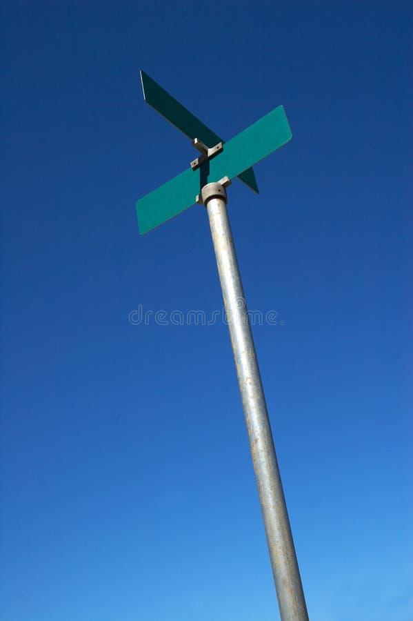 Segnale stradale in bianco su cielo blu fotografia stock