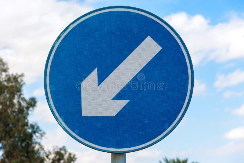 Segnale stradale blu rotondo con la freccia d'avvertimento diagonale bianca Struttura orizzontale immagini stock libere da diritti