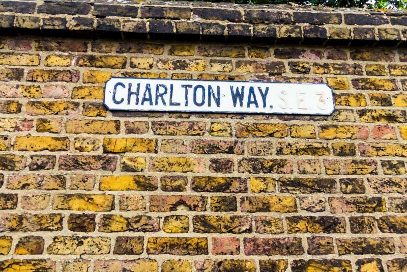 Segnale stradale che segna modo famoso del ` s Charlton di Londra nella regione conosciuta come Westminster fotografie stock