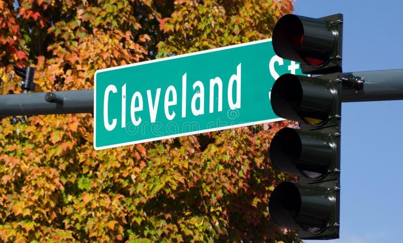 Segnale stradale a Cleveland Street in Redmond durante i mari di autunno fotografia stock libera da diritti