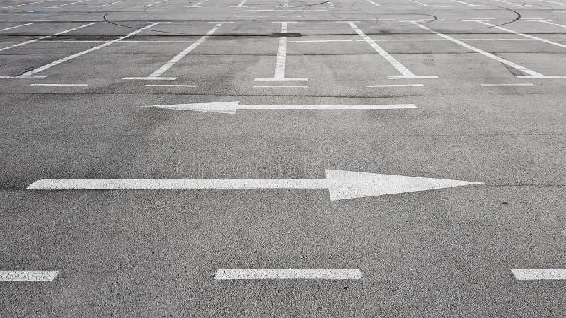 Segnale stradale con due frecce bianche che indicano nella direzione destra e sinistra differente fotografia stock libera da diritti