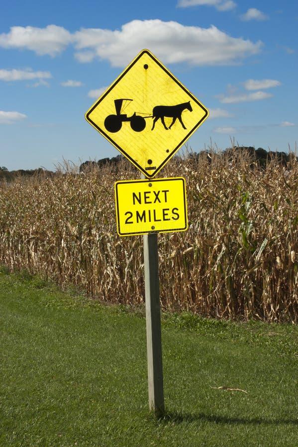 Segnale stradale con errori del cavallo dell'azienda agricola dei Amish fotografie stock libere da diritti
