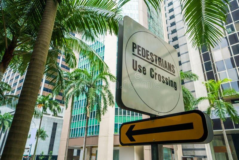 Segnale stradale del passaggio pedonale in città esotica fotografie stock libere da diritti
