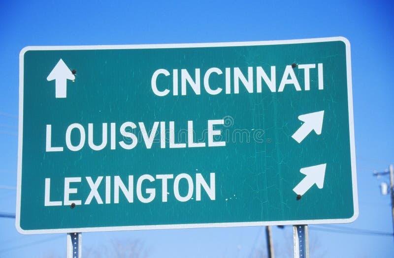 Segnale stradale dell'autostrada senza pedaggio a Lexington, a Louisville ed a Cincinnati fotografia stock libera da diritti