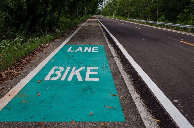 Segnale stradale della bicicletta su asfalto in Tailandia immagini stock