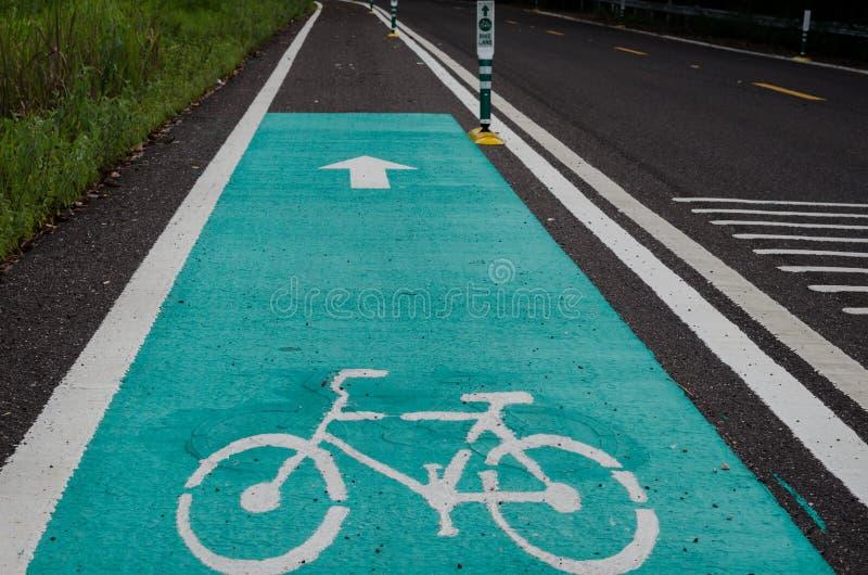 Segnale stradale della bicicletta su asfalto in Tailandia immagine stock libera da diritti