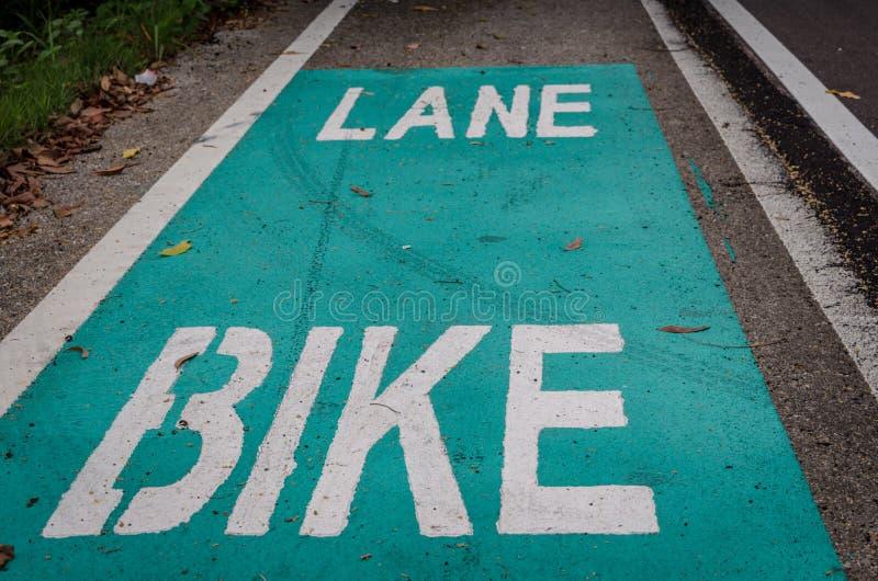 Segnale stradale della bicicletta su asfalto in Tailandia fotografia stock libera da diritti