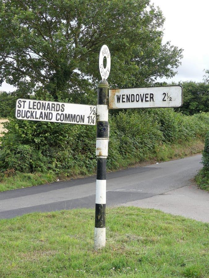 Segnale stradale della contea di Bucks che indica St Leonards, terreno comunale di Buckland e Wendover fotografia stock libera da diritti