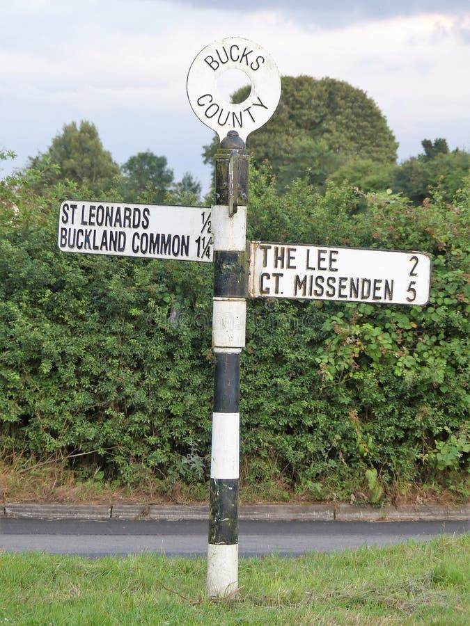 Segnale stradale della contea di Bucks che indica St Leonards, terreno comunale di Buckland, Lee e grande Missenden fotografia stock
